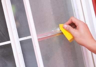 Как можно очистить скотч от пластикового окна: обзор эффективных средств в Липецке